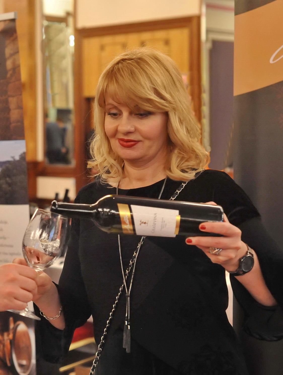 Platinasta Premium graševina 2013  u zagrljaju Jasne Antunović i Decantera
